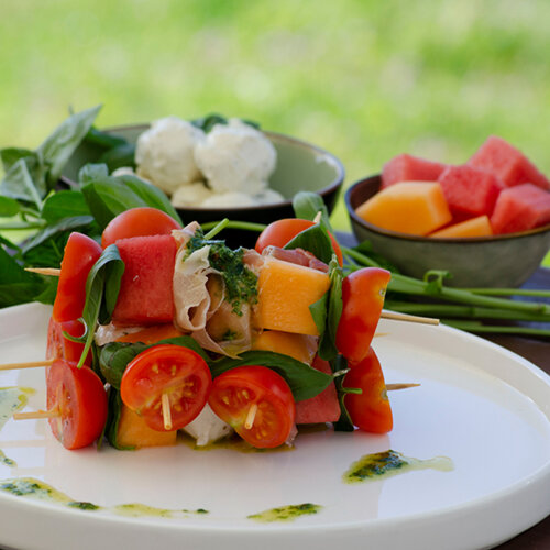 Goat´s milk cheese skewers with melons and basil vinaigrette
